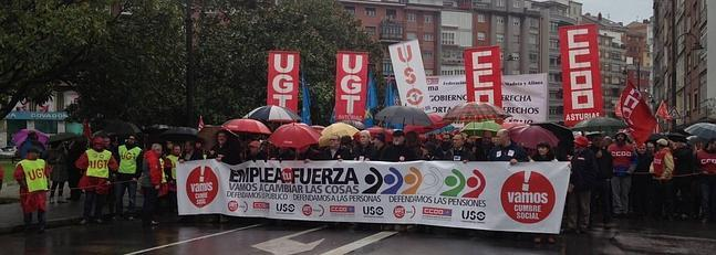 Miles de personas se manifiestan en Avilés en defensa de las pensiones y contra los recortes